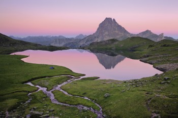 Au cœur du Parc national des Pyrénées, le lac Gentau est un miroir pour le Pic du Midi d'Ossau.