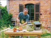 Récupérez un vieux pot en terre cuite. Avec le côté fin d'un petit marteau, donnez de légers coups au bord du trou jusqu'à ce que la moitié du fond soit percée. Ne frappez pas trop fort, le pot se casserait.