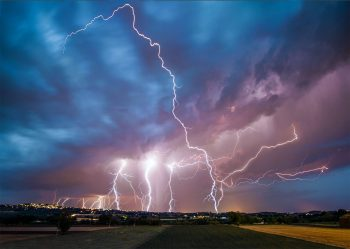 L'éclair est la manifestation visible d'un phénomène électrique par lequel les charges d'une colonne d'air s'équilibrent.