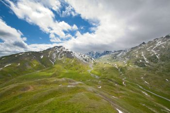 Le haut plateau de la Greina, situé à 2300m d'altitude, est un sanctuaire de diversité floristique et géologique. En 1986, les oppositions de la population avaient provoqué l'abandon du projet de construction d'un barrage hydroélectrique sur le site.