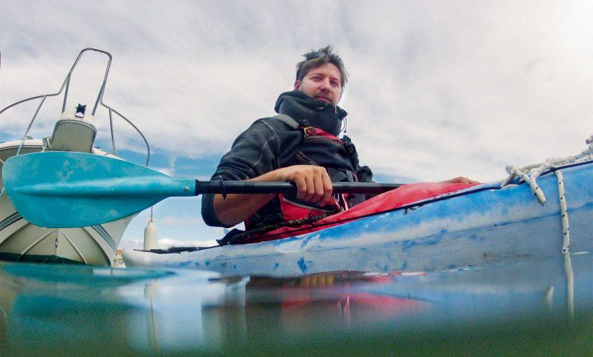 Mathieu Slaghenauffi transmet sa passion des milieux naturels méditerranéens depuis son kayak.