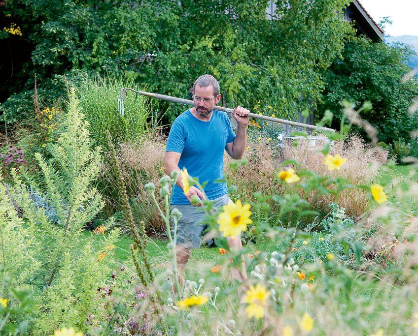 Xavier Allemann dans son jardin