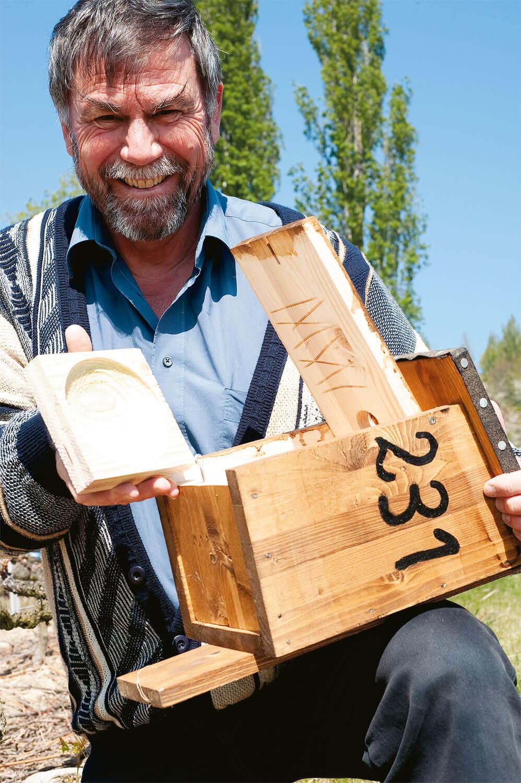 Bernard Genton visite un nid de torcol fourmilier.