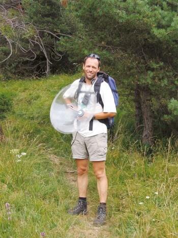 Le biologiste Thomas Hertach enregistre le chant d'une cigale photo