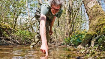 L'entomologiste Pascal Stucki déniche des larves…