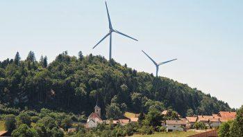 Les deux éoliennes qui  surplombent le village  de Saint-Brais (JU).