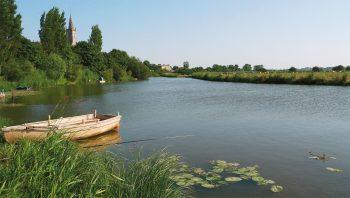 Les marais sont quadrillés par un important réseau de rivières, de canaux et de fossés. Ici, la Douve.