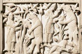 Cette reliure en ivoire gravée vers 895 raconte comment le moine saint Gall se rendit maître d'un ours venu dérober sa nourriture.  / © Stiftsbibliothek St. Gallen