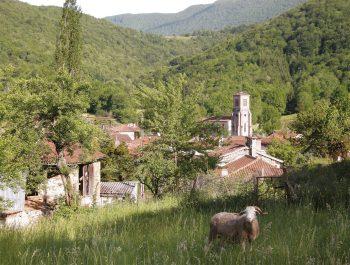 Le village d'Arbas dans les Pyrénées,…