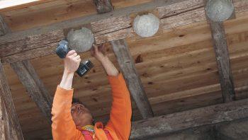 Comme les hirondelles vivent en colonie, il est important de leur offrir au moins trois nichoirs. Ici des nids pour hirondelles de fenêtre.