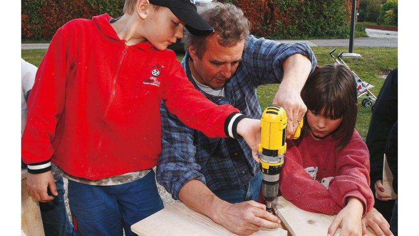 Fabriquer des nichoirs famille perceuse