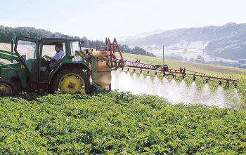 Epandage de pesticide tracteur culture agriculture