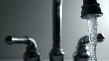Pesticides, nitrates et bactéries pollueraient l'eau du robinet de 2,8 millions de Français, selon l'UFC-Que Choisir