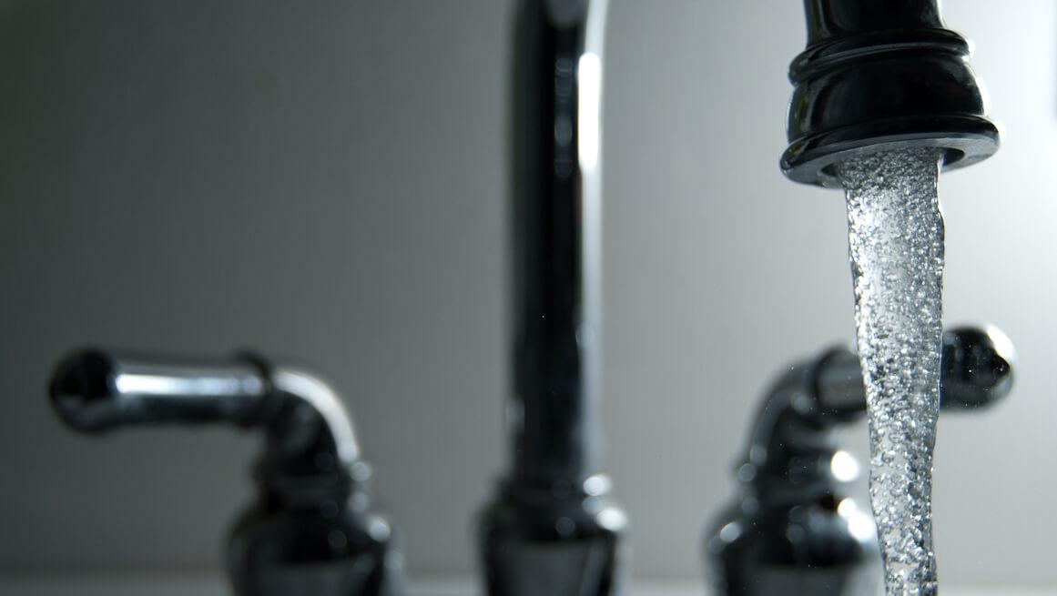 L eau du robinet de 2 8 millions de fran ais serait - Combien coute 1 litre d eau du robinet ...