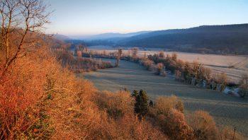 La moyenne vallée de la Loue dans l'aube froide.