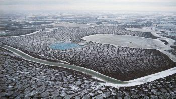 Au Nord, les fleuves gelés, les sols polygonaux et les tourbières infinies du Taymir.