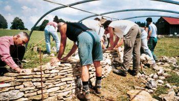 Bénévoles à l'oeuvre pour la réféction d'un mur en pierres sèches