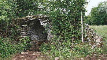 Cette cabane oubliée avoisine le «Sentier des pierres sèches» de la Marre, situé près de Baume-les-Messieurs.