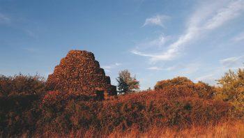 Les cabanes en pierres du plateau de l'Auverne ont une voûte en encorbellement.