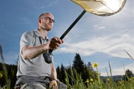 L'entomologiste Jocelyn Claude en pleine action dans la réserve naturelle de Remoray (Doubs). / © Olivier Born