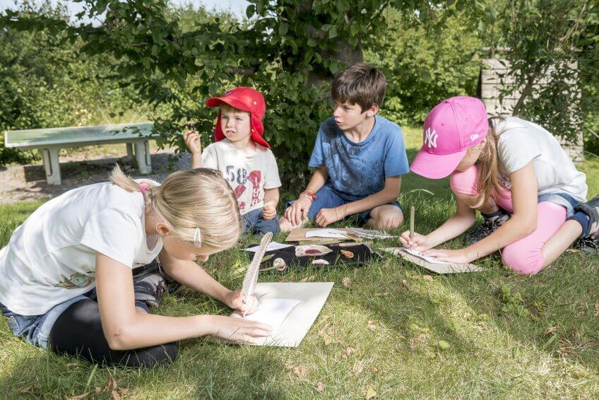 Des enfants écrivent une fiche mémo d'animaux.