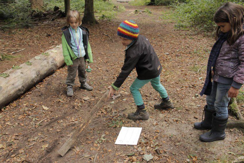 Des enfants qui dessinent des sauts par terre.