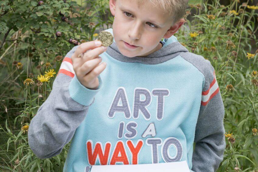 Un enfant face à un objet insolite.
