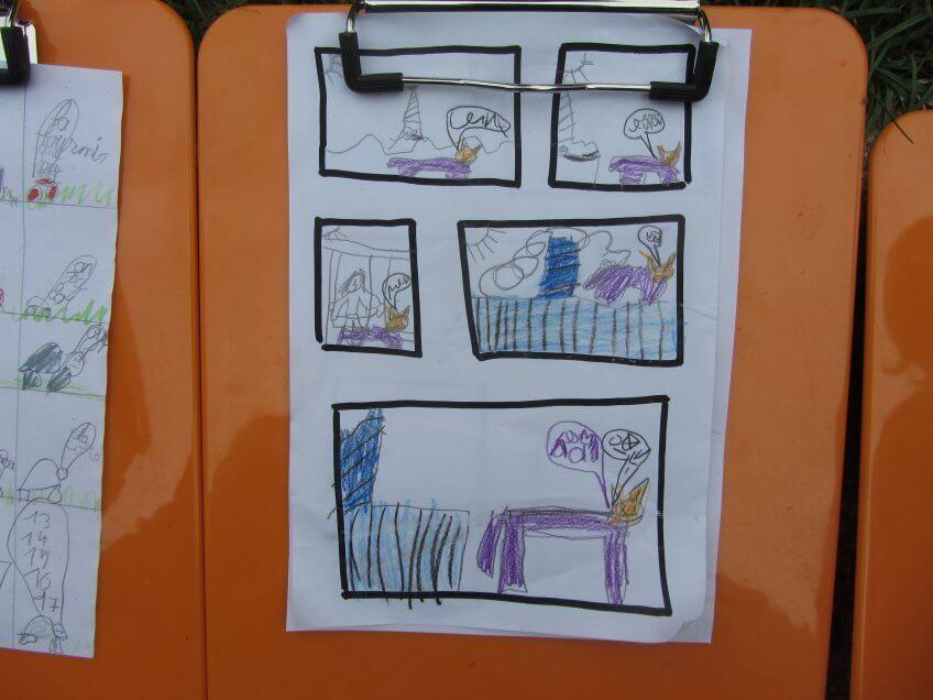 Les enfants façonnent une BD avec du matériel naturel.