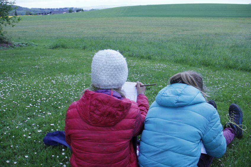 Les enfants façonnent une BD en dessinant ou en utilisant du matériel naturel.