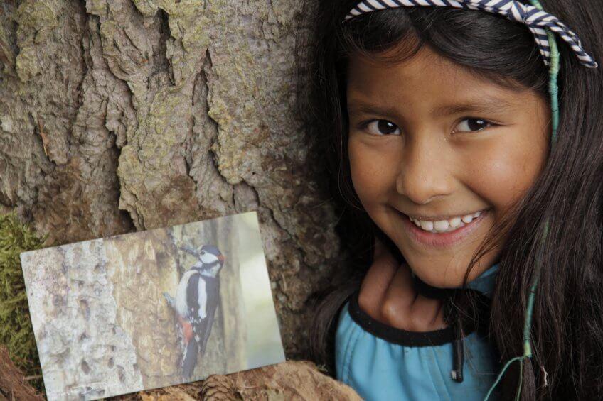 Une enfant avec une fiche mémo.