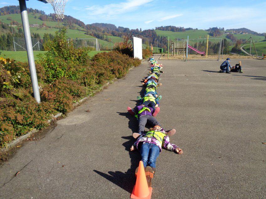 Des enfants allongé par terre.