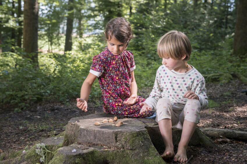 Deux enfants lancent des coquilles.