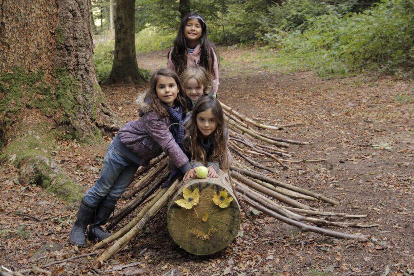 Des enfants sur un mille-patte géant.