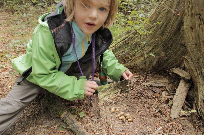 Une enfant utilise un miroir pour multiplier.