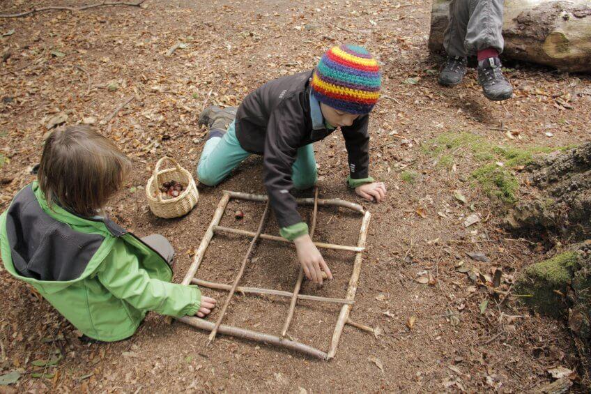 Les enfants réalisent un sudoku au sol.