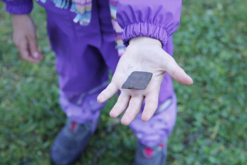 Une enfant avec une forme géométrique.