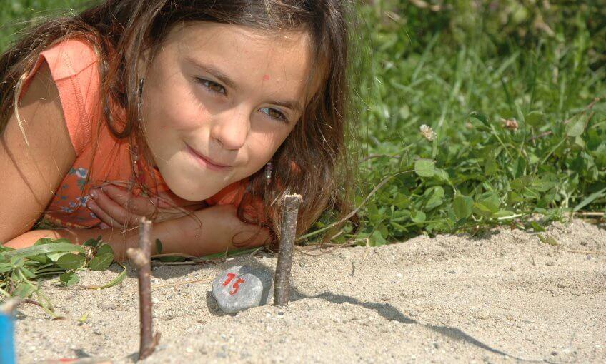 Une enfant devant un cadran solaire.