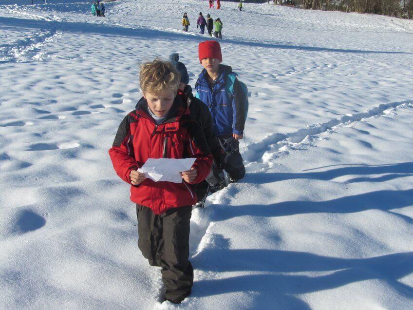 Des enfants qui marchent dans la neige.