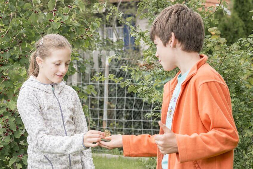 Un dialogue entre deux enfants.