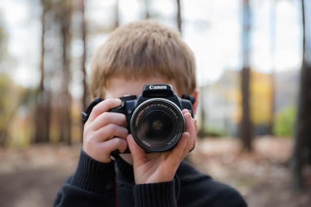 Un enfant prenant une photo.