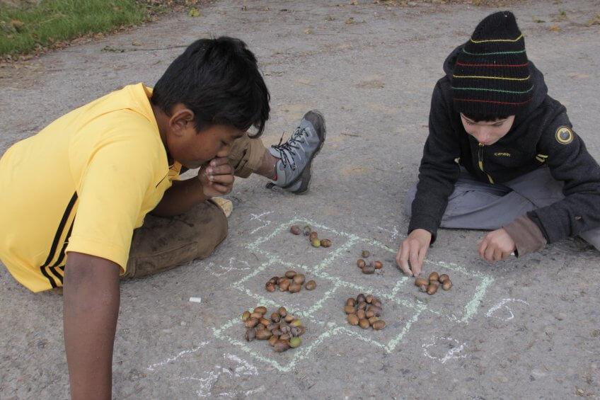 Des enfants réalisent un mur de nombres.