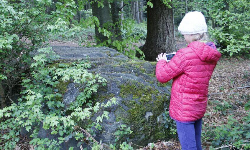 Une enfant qui photographie un lieu.