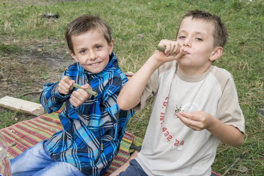 Des enfants avec une sarbacane.