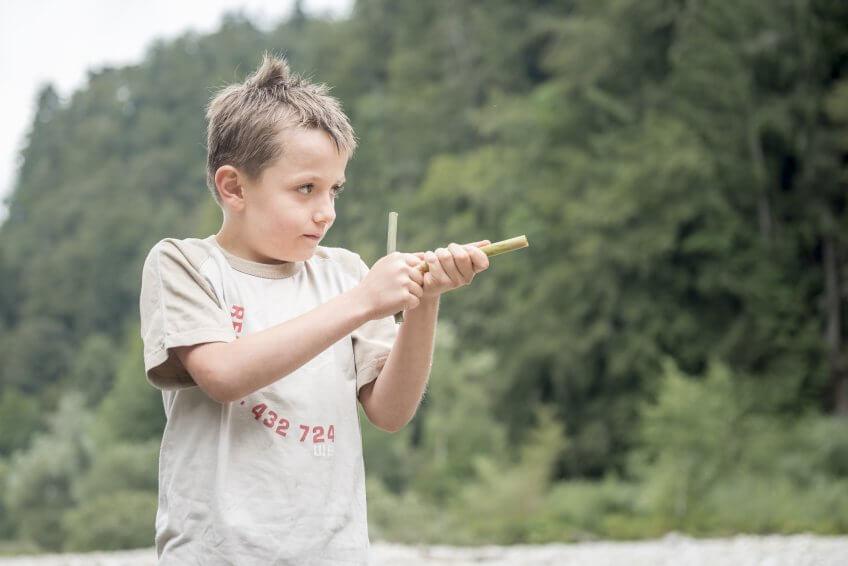 Un enfant avec un pistolet à eau naturel.
