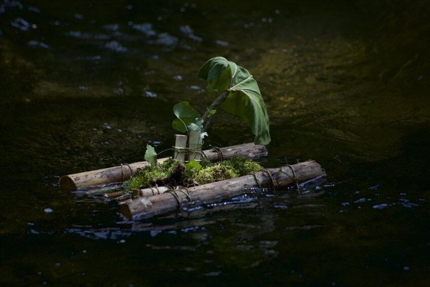 Un radeau avec des éléments naturels.