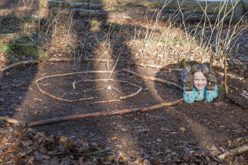 Une enfant avec des escargots.