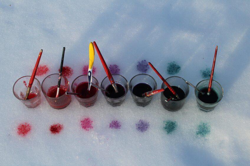 Une palette de couleurs sur la neige.