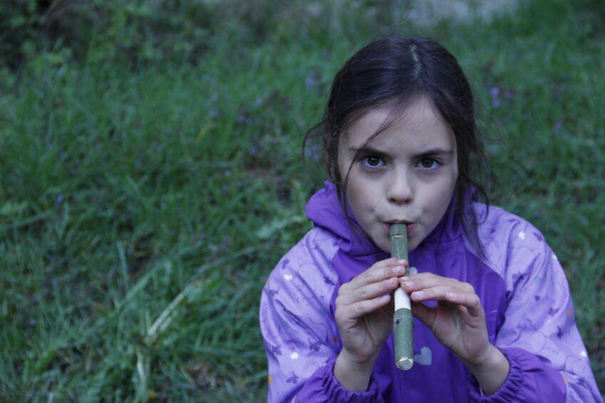 Enfant avec une flûte.