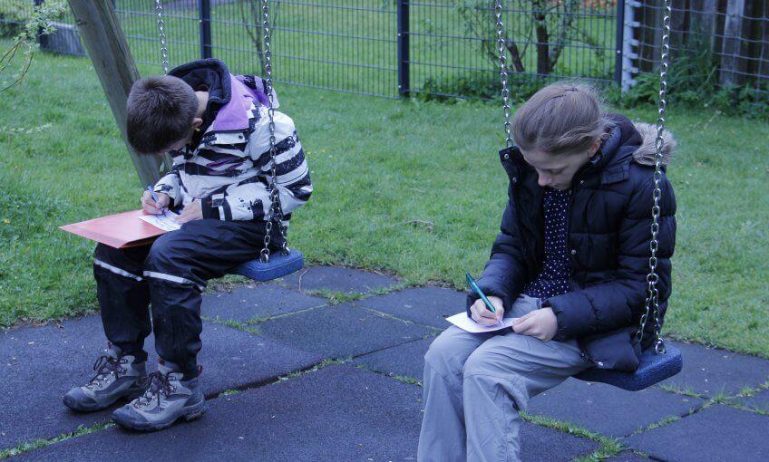 Des enfants dessinent une carte sonore.