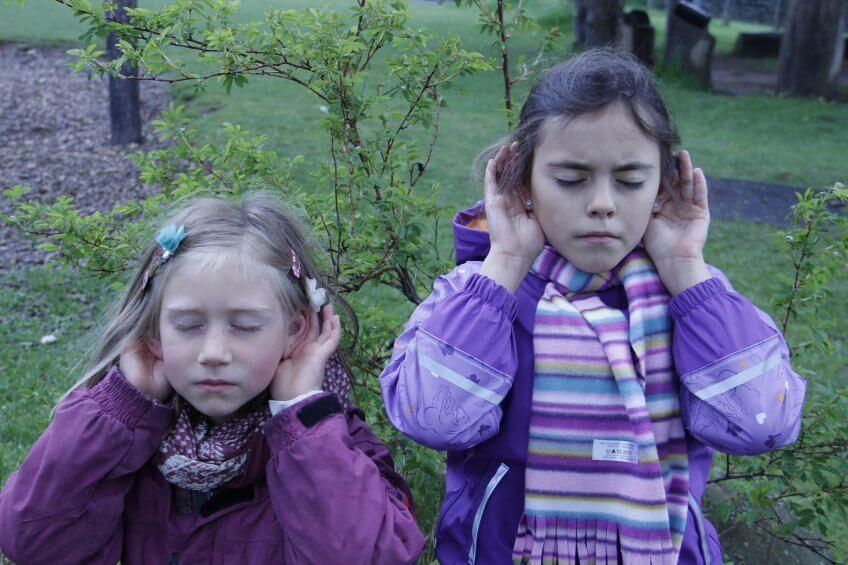 Les enfants écoutent.